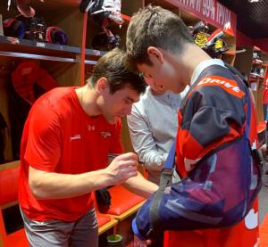 Хоккейная семья: травмированного 13-летнего хоккеиста поддержали всем стадионом
